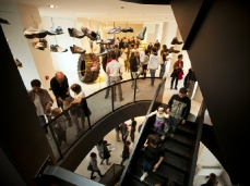 nuovo spazio di casso - opening di bilico - lo spazio riaperto, dopo 49 anni - sullo sfondo la frana del monte toc - foto giacomo de dona