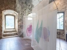 T-yong Chung, Contatto (Pieve di Cadore), stampa calcografica su tessuto, 2 strutture, 230 x 160 x 106 cm, 2018, opera inserita in Brain-tooling. Foto Giacomo De Donà