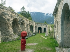 Andrea Visentini, Aretino, scultura in larice rosso dipinto con pittura lavabile per esterni, 55x175cm, 2019_Foto Giacomo De Donà