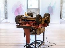 Michele Bazzana, Twist again, installazione con trattorino rasaerba, motore elettrico, struttura in metallo, gesso, 150 x 97 x 115 cm, 2018, opera inserita in Brain-tooling. Foto Giacomo De Donà
