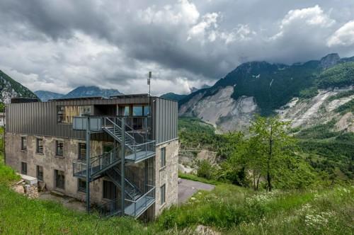 lo-spazio-di-casso-sede-permanente-di-dolomiti-contemporanee-di-fronte-al-monte-toc_foto-giacomo-de-donà-500x332